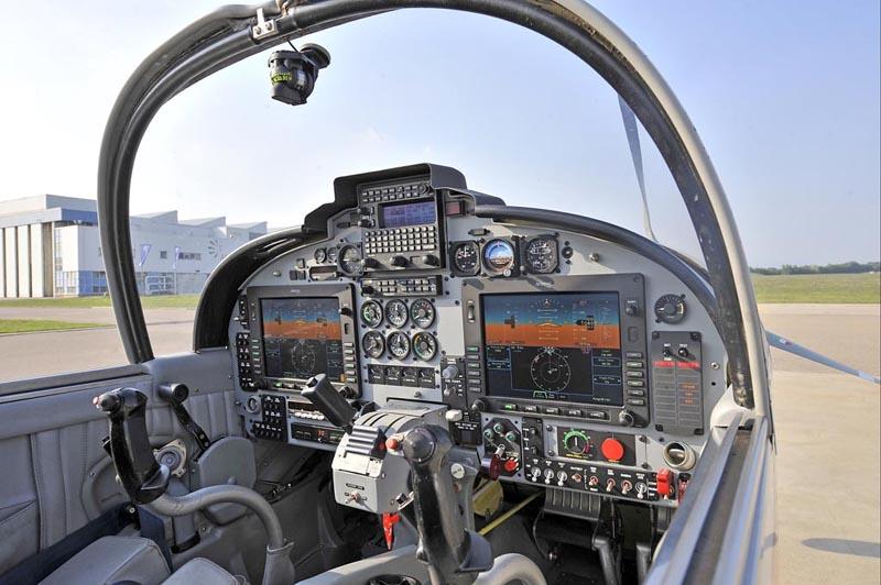 ALENIA AERMACCHI: NUOVA VERSIONE DELL' SF-260 CON GLASS COCKPIT
