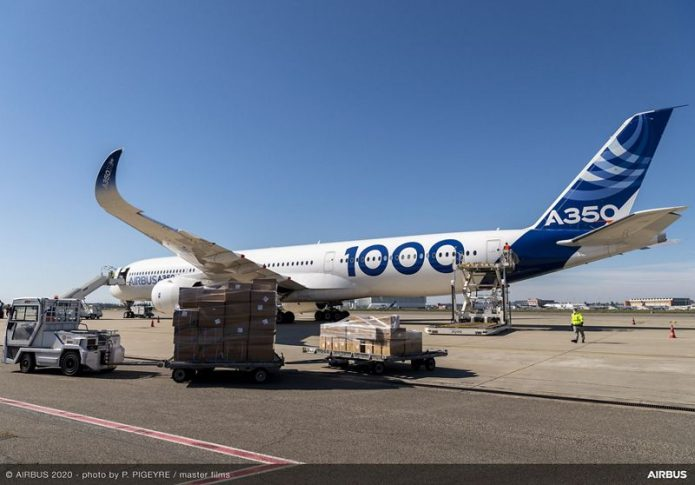 A350 1000 Airbus in Toulouse masks unloading covid 19 003